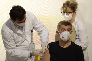 Český premiér Andrej Babiš dostal prvú dávku vakcíny 27. decembra.