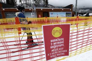 Informačná tabuľa upozorňujúca na dodržiavanie bezpečnostných opatrení počas vianočných sviatkov v lyžiarskom stredisku Jasná - Chopok sever.