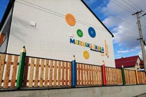 Pastelkový plot škôlky.