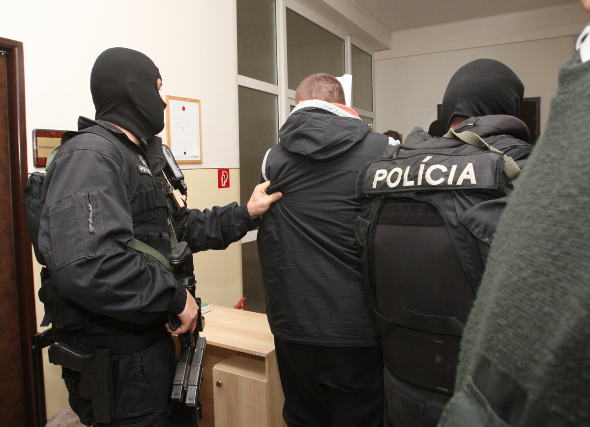 Kajúcnik od piťovcov usvedčoval advokáta z korupcie. Oslobodili oboch - SME