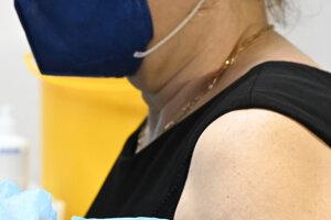 Na snímke regionálna hygienička Ľudmila Bučková, ktorá bolo medzi prvými zaočkovanými.
