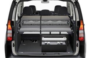 Volkswagen Caddy California s rozkladacou posteľou v kufri.