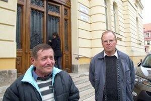 Zbití cestári Michal a Peter (vpravo) vypovedali na súde v apríli. Pri vyhlásení rozsudku neboli, nečakali ho tak skoro.