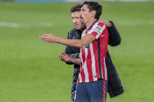 Tréner Diego Simeone (vľavo) a Stefan Savič z tímu Atlético Madrid.