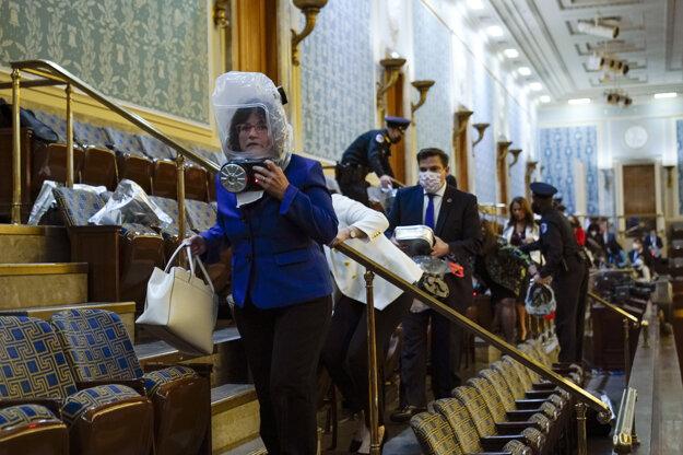 Polícia členom Snemovne reprezentantov povedala, aby si nasadili plynové masky po tom, ako v Rotunde Kapitolu použili slzotvorný plyn.