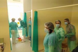 Ako prvý začali v Nových Zámkoch očkovať zdravotnícky personál.