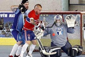 V súboji pred bránkou hokejový reprezentant Andrej Meszároš a futbalové eso Miňo Stoch.