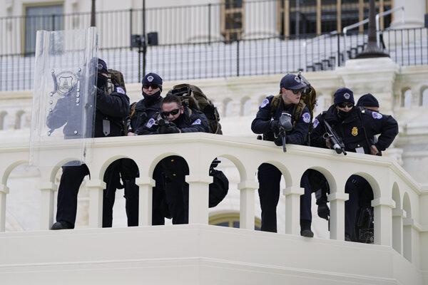 Polícia počas násilností v Kapitole.