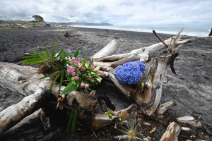 Kvety neďaleko miesta útoku žraloka pri pláži Waihi na Novom Zélande.