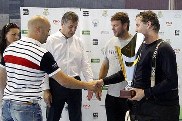 Víťazný pohár prevzal brankár Tomáš Gažík.