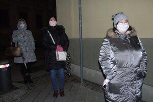 Vpravo je pani Eva, za ňou čaká sestra Tatiana a bývalá kolegyňa Daniela.