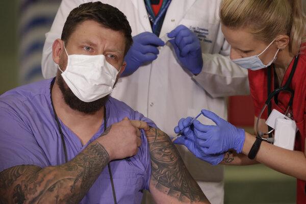 V prvej vlne očkovania podstupujú vakcináciu zdravotníci a zamestnanci sociálnych zariadení.