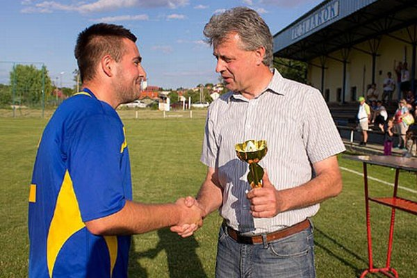 Cenu pre víťazov prebral kapitán Lukáš Tirpák z rúk starostu Róberta Bakytu.