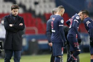 Tréner PSG Mauricio Pochettino a hráči Paríža.