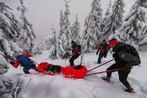 Horskí záchranári spod Malého Kriváňa zvážali vyčerpaného muža.