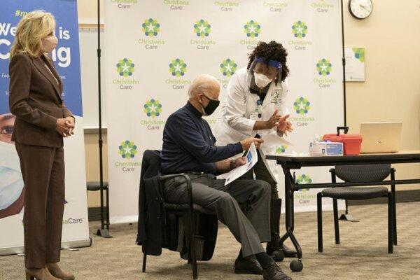Joe Biden prijal prvú dávku vakcíny 21. decembra v nemocnici Christiana v Newarku.
