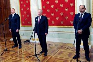 Azerbajdžanský prezident Ilham Alijev (vľavo), ruský prezident Vladimir Putin a arménsky premiér Nikol Pašinjan (vpravo).