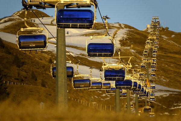 Taliansko štart lyžiarskej sezóny pre pandémiu odložilo.