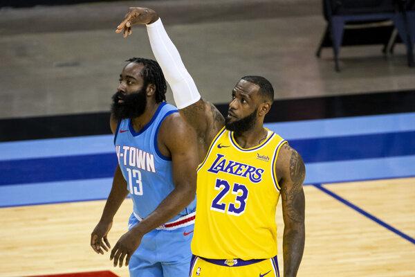 James Harden a LeBron James (vpravo).