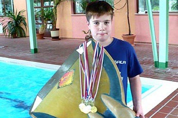 Jakub Petrák pózuje s medailami z M-SR a plutvou.