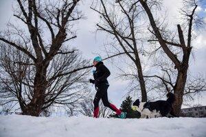 Žena behá so psom pri Štrkoveckom jazere v bratislavskom Ružinove.
