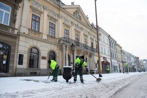 Robotníci odpratávajú sneh na Hlavnej ulici v Košiciach.