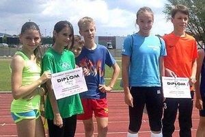 Na podujatí Hľadáme nových olympionikov zvíťazilo v súťaži družstiev Športové gymnázium, vpravo dvojica z tejto školy.