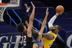 Americký basketbalista LeBron James (v žltom) v zápase proti Oklahome City.