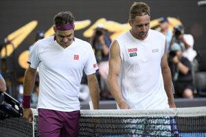 Americký tenista Tennys Sandgren (vpravo) po zápase so Švajčiarom Rogerom Federerom.