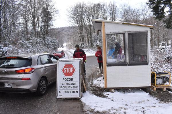 Búdka pred vstupom prekvapila viacerých motoristov.