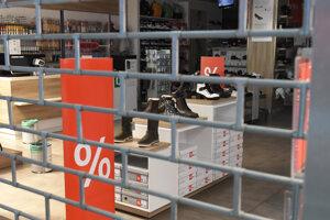 Zatvorená predajňa obuvi v nákupnom centre.