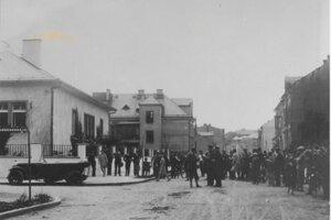 Na jednej zo žilinských križovatiek sa zrazili v letných mesiacoch roku 1929 auto s vodičom Gejzom G. s autom vodiča Jaroslavom R. Obe autá boli značne poškodené. Zvedavci sa mali na čo pozerať.