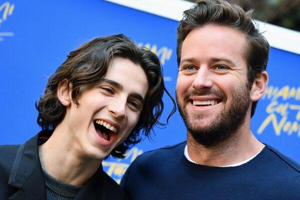 Armie Hammer (vpravo) s kolegom Timothéem Chalametom, s ktorým hral vo filme Daj mi svoje meno.