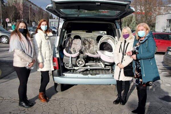 Sociálne slabšej rodine kúpili elektrospotrebiče aj detský kočík.