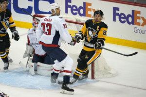 Zdeno Chára v súboji so Sidneym Crosbym.