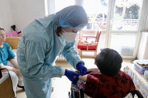 Očkovanie v priestoroch zariadenia pre seniorov - Petržalský domov seniorov v Bratislave počas začatia očkovania zamestnancov a klientov v zariadeniach sociálnych služieb (ZSS) na prevenciu ochorenia COVID-19.