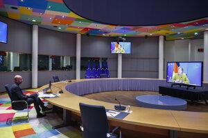Predseda Európskej rady Charles Michel počas videokonferencie s nemeckou kancelárkou Angelou Merkelovou.