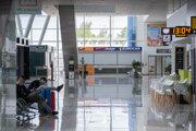 Takmer prázdna letisková hala v Bratislave.