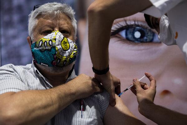 Muž v Jeruzaleme dostáva očkovaciu látku od konzorcia Pfizer/BioNTech.