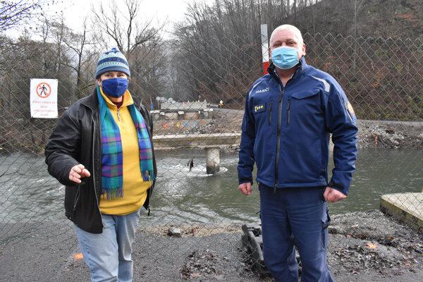 Marián Pouchan oceňuje pomoc starostky Malej Lodiny Adriány Fečkovej.
