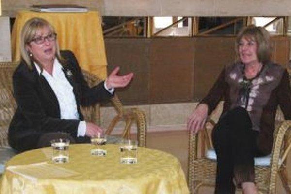Elena Vacvalová a Oľga Feldeková si zaspomínali v Nitre na humorné príhody a prvoaprílové žarty.