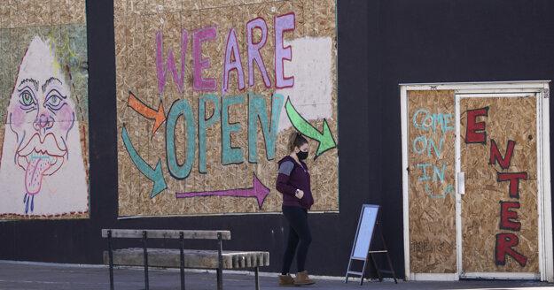 Zákazníčka mieri do reštaurácie v centre Denveru, ktorá sa nachádza neďaleko Kapitolu. Okná reštaurácie sú zaistené preglejkami pre obavy z násilností.