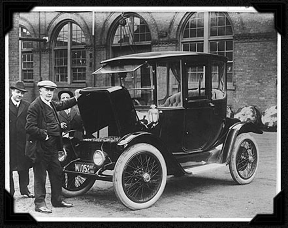 Thomas Alva Edison pri aute 1914 Detroit Electric.