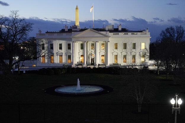 Biely dom ráno pred ceremóniou.