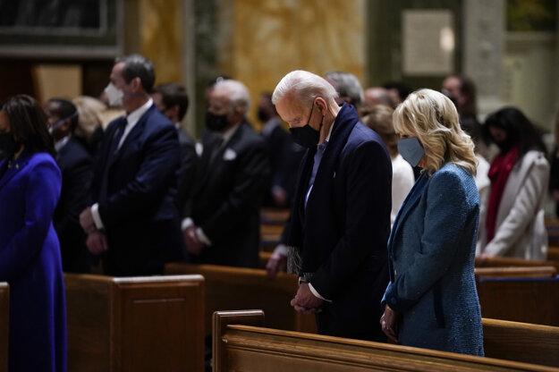 Joe Biden v katolíckej katedrále vo Washingtone.