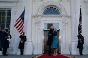 Americký prezident Joe Biden  (vľavo) pózuje so svojou manželkou Jill Bidenovou pred ich príchodom do Bieleho domu.