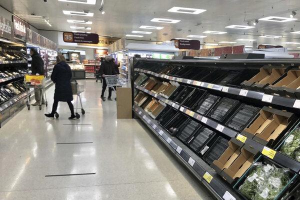 Poloprázdne regále v nákupnom centre v Belfaste.