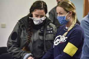 Obžalovaná bývalá súdna úradníčka Veronika Šumichrastová prichádza v sprievode Zboru väzenskej a justičnej stráže na súdne pojednávanie v drogovej kauze v utorok 6. októbra 2020 v Bratislave.