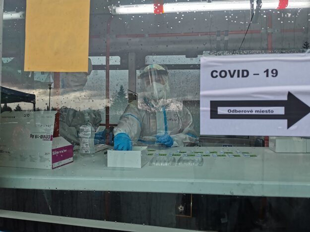 Zdravotníci počas celoplošného testovania v autobuse v lokalite Kolónia Hviezda v Martine.