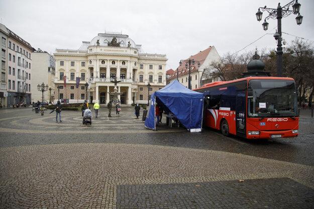 Odberné miesto v autobuse na Hviezdoslavovom námestí v Bratislave.